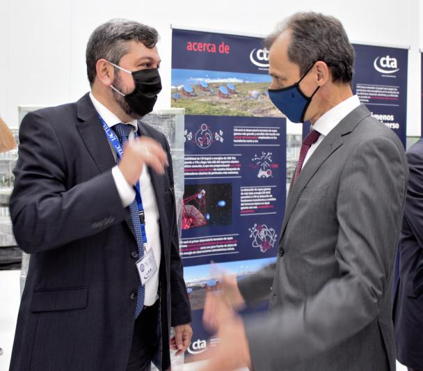The Minister Pedro Duque talks with the IP of the CTA project, Ramón García, in the IACTEC building