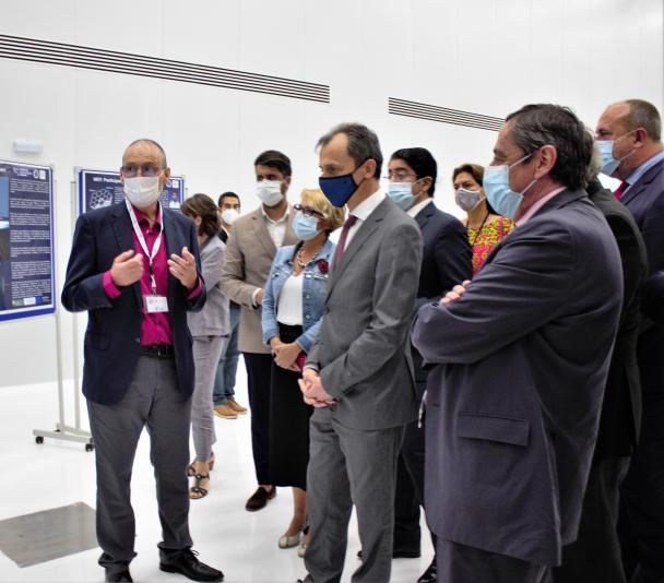 Carlos Gutiérrez talks about the NRT with Pedro Duque and other visitors in the IACTEC building