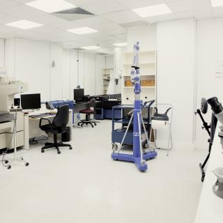 General view of the Dimensional Metrology Laboratory with several measuring machines, one of bridge type on a table and another in the form of an arm on a tripod